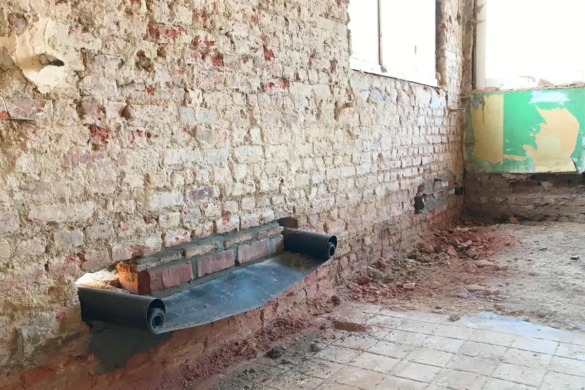 vochtige muur onderkappen